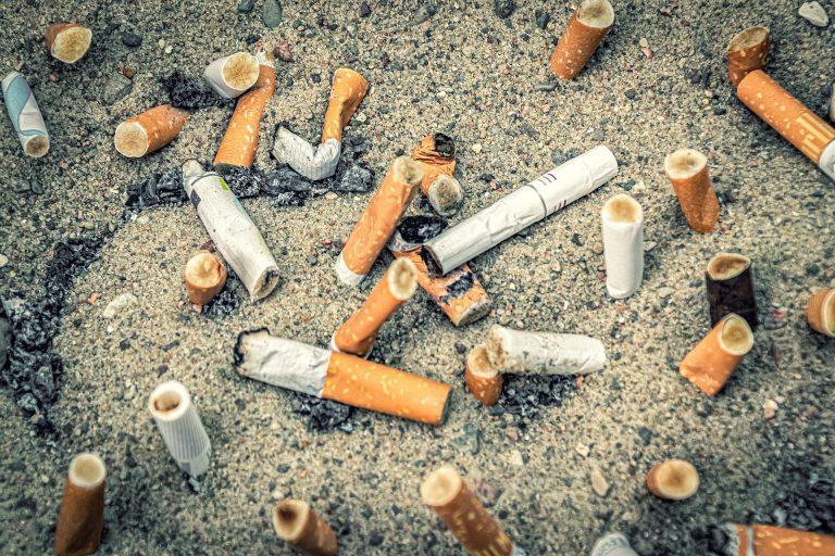 Bituca de cigarro é considerada o maior poluente das praias e oceanos