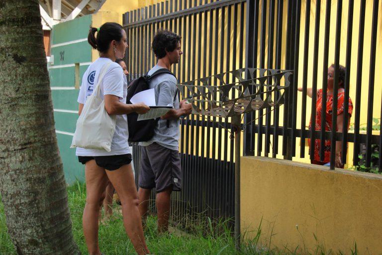 Moradores do Estaleiro recebem visita sobre proibição de cães na praia