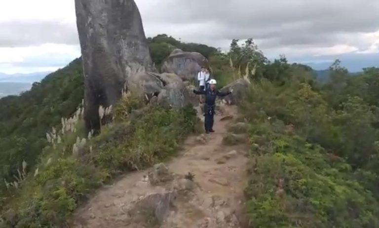 Jovens são resgatados de helicóptero após se perderem no Pico da Pedra